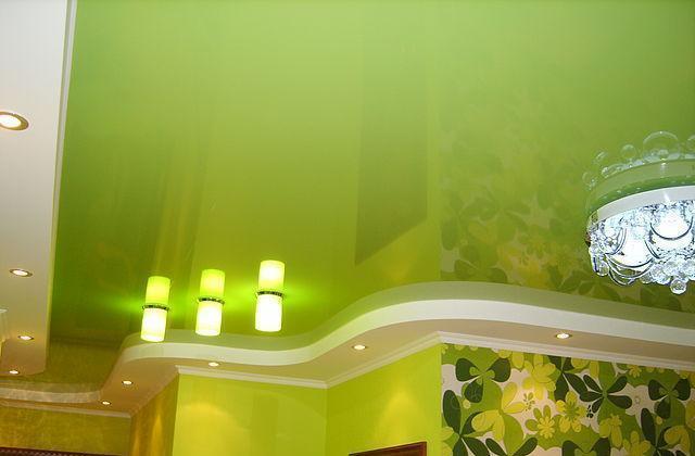 Натяжные потолки двухуровневые глянцевые зеленые