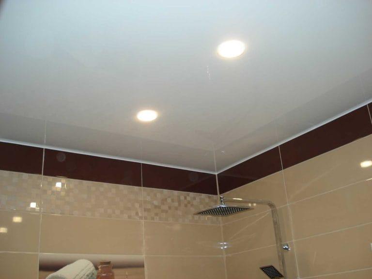 Натяжные потолки одноуровневые белые для ванной