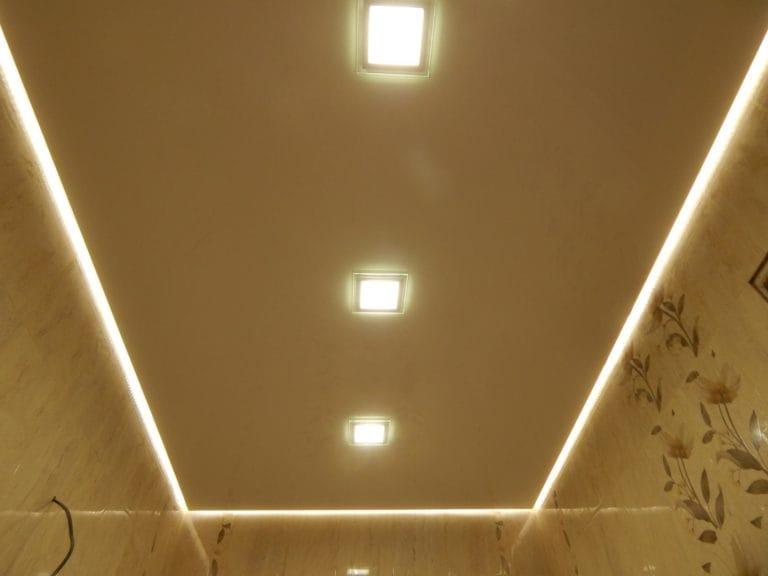 Натяжные потолки парящие с подсветкой бежевого цвета