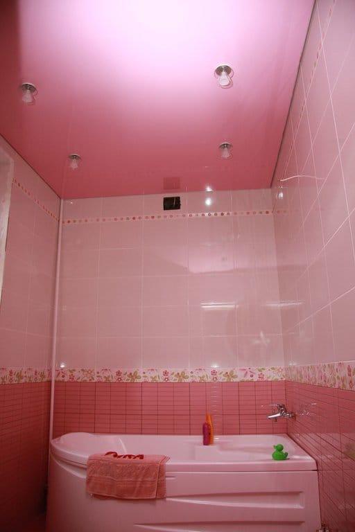 Натяжные потолки розовые одноуровневые для ванной