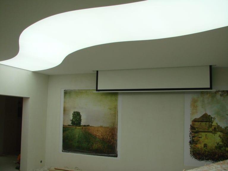 Натяжные потолки полупрозрачные белая волна с подсветкой