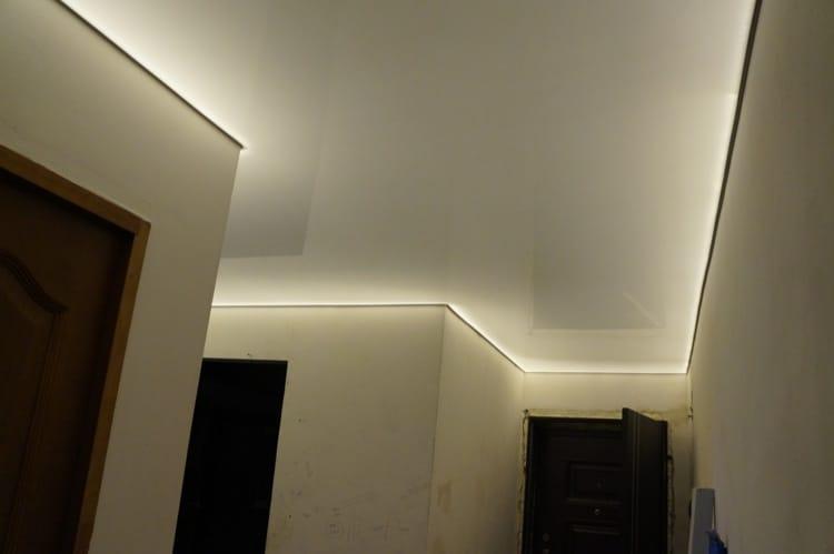 Натяжные потолки парящие матовые белого цвета для прихожей