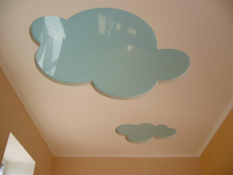 Натяжные потолки комбинированные глянцевые тучки для детской