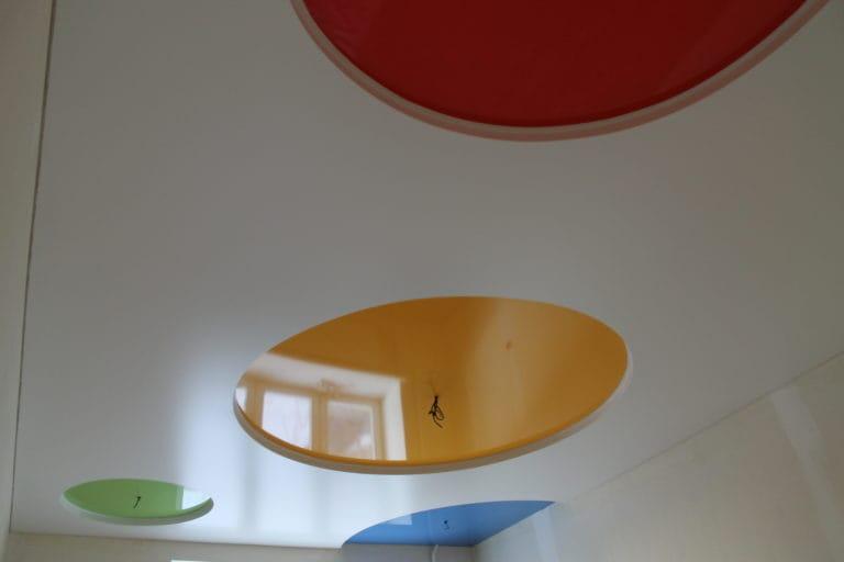 Натяжные потолки многоуровневые глянцевые разноцветные круги