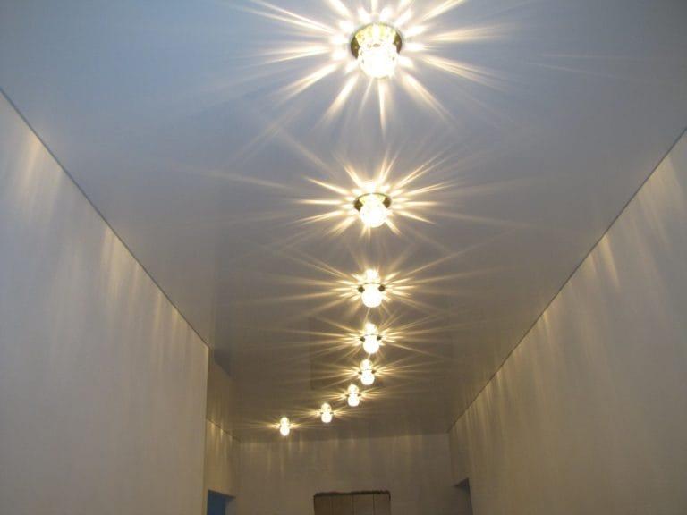 Натяжные потолки белые глянцевые одноуровневые для прихожей