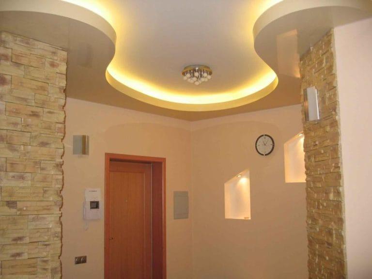 Натяжные потолки белые с подсветкой для прихожей