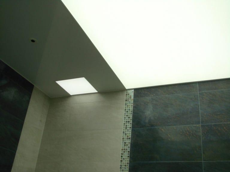 Натяжные потолки полупрозрачные белые для ванной