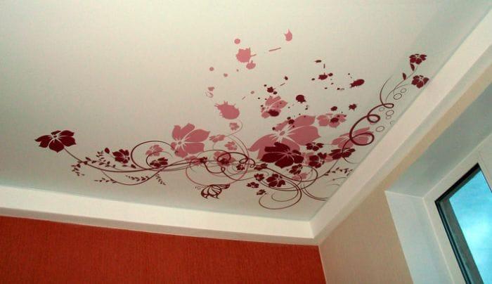 Натяжные потолки матовые расписные цветы одноуровневые