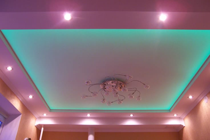 Натяжные потолки двухуровневые парящие с подсветкой зеленого цвета
