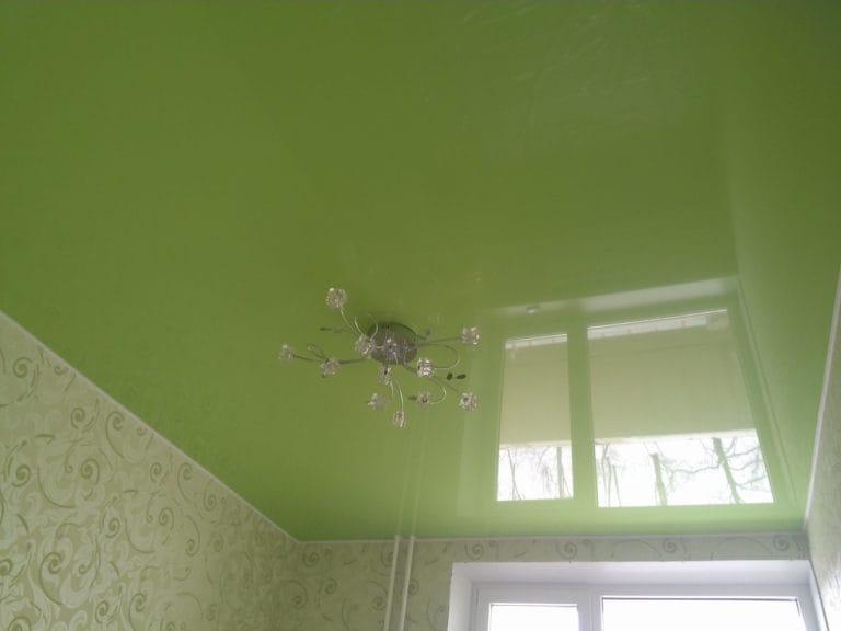 Натяжные потолки глянцевые зеленые одноуровневые