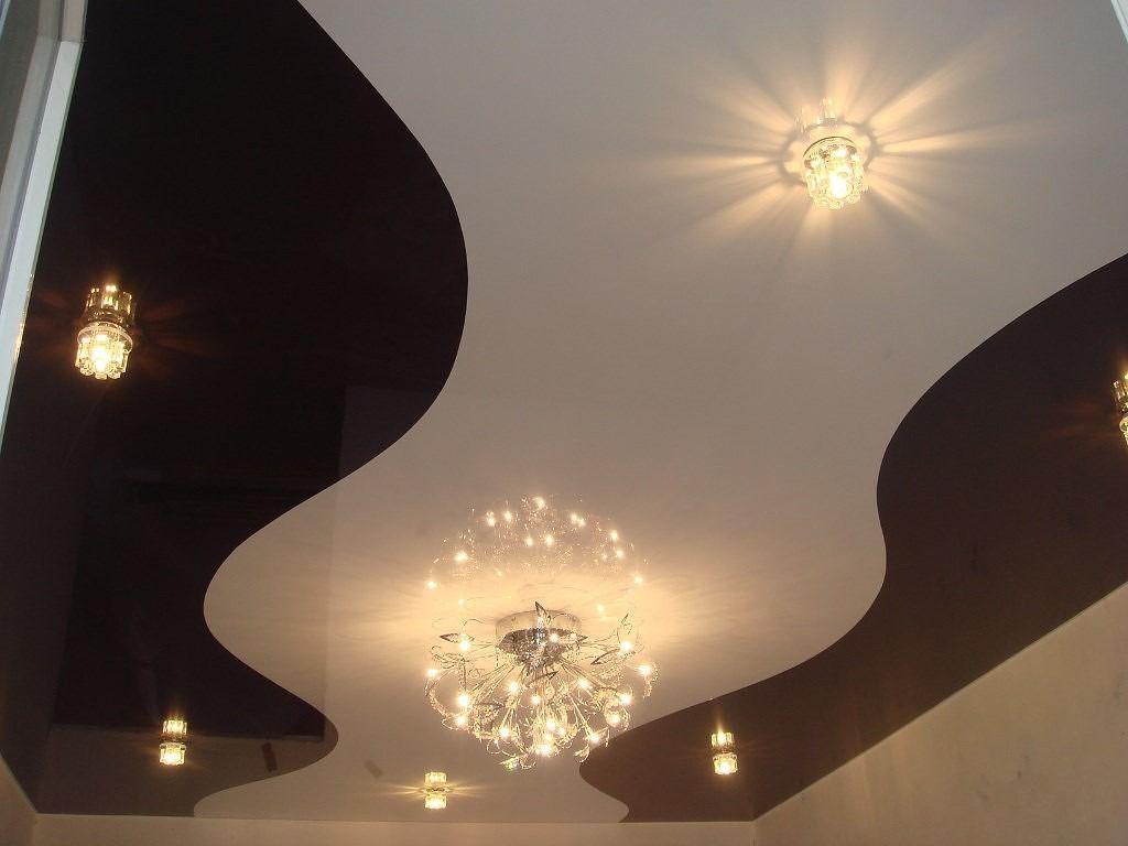 Белый натяжной глянцевый потолок фото в спальне