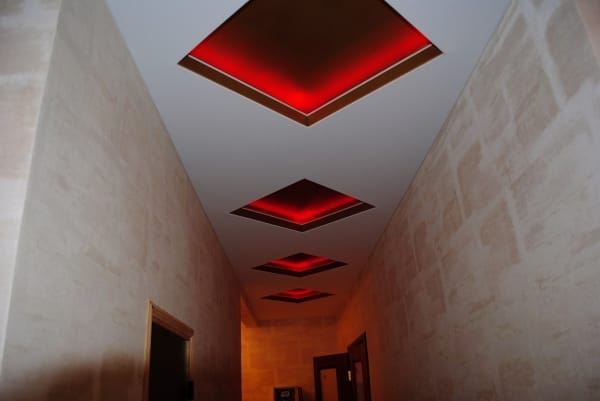 Натяжные потолки красные ромбы с подсветкой для прихожей