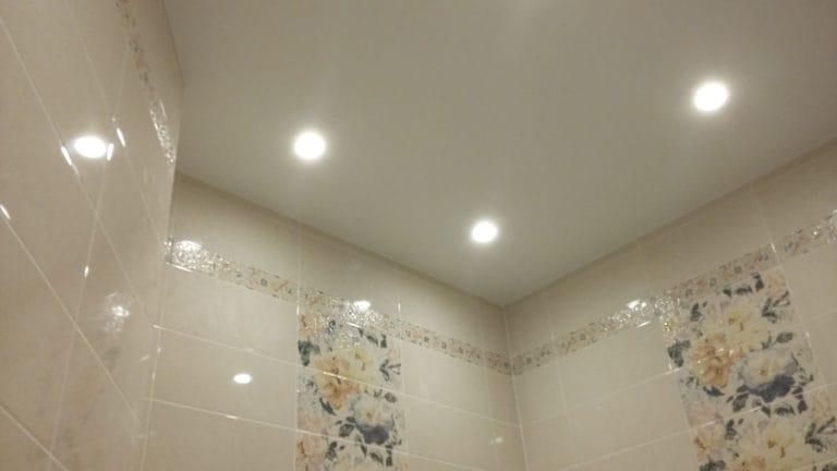 Натяжные потолки белые матовые одноуровневые для ванной