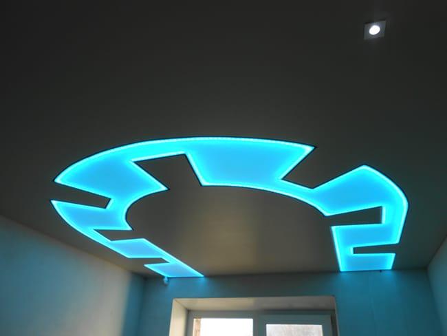 Натяжные потолки полупрозрачные голубой узор