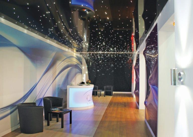 Натяжные потолки глянцевые звездное небо с подсветкой для зала