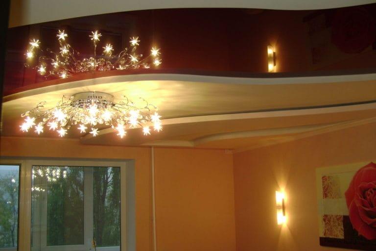 Натяжные потолки многоуровневые глянцевые с подсветкой