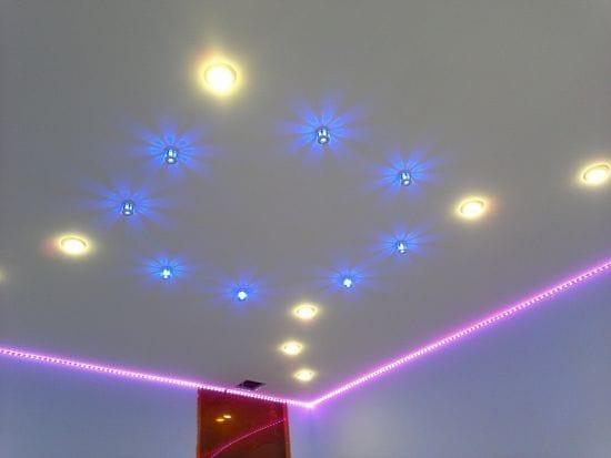 Натяжные потолки одноуровневые парящие с подсветкой розового цвета
