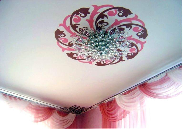 Натяжные потолки тканевые одноуровневые орнамент