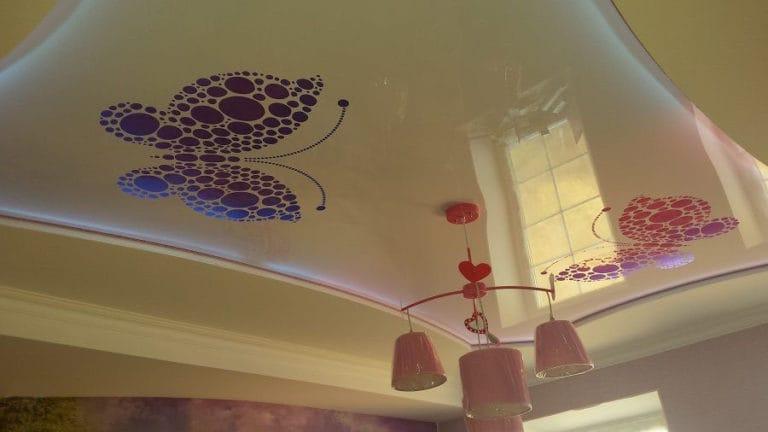 Натяжные потолки перфорированные фиолетовая бабочка на белом глянце