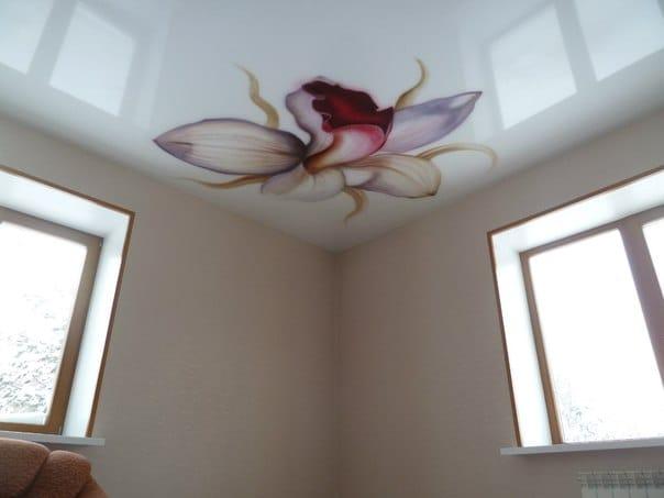 Натяжные потолки глянцевые расписные цветы одноуровневые
