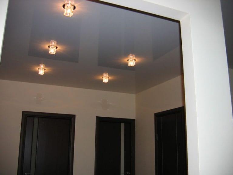 Натяжные потолки белые глянцевые для прихожей