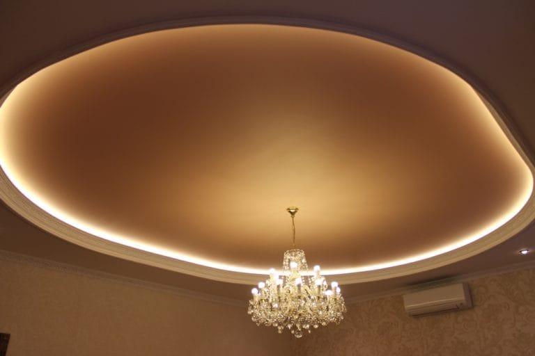 Натяжные потолки немецкие бежевого цвета с подсветкой