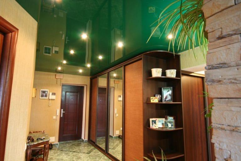 Натяжные потолки зеленые глянцевые для прихожей