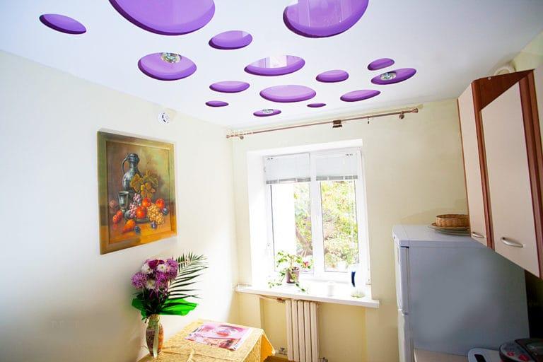 Натяжные потолки перфорированные круги фиолетовые