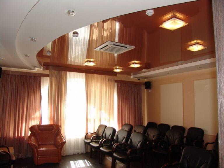 Натяжные потолки коричневые глянцевые комбинированные для офиса
