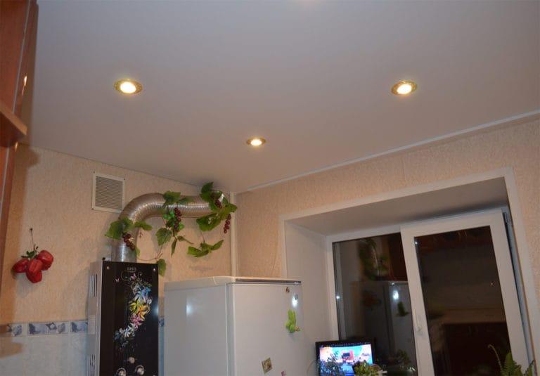 Натяжные потолки белые сатиновые одноуровневые для кухни