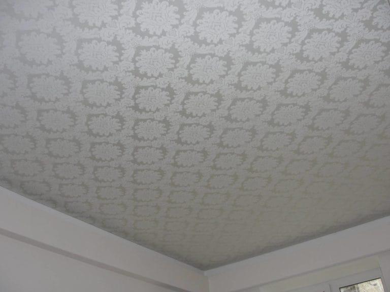 Натяжные потолки белые тканевые одноуровневые узор