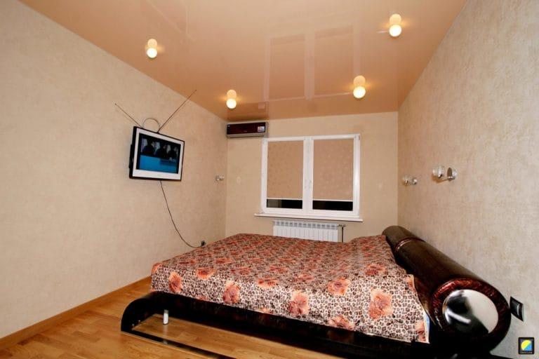 Натяжные потолки одноуровневые бежевые для спальни