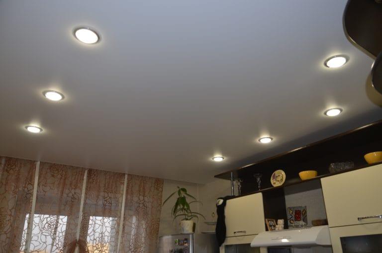 Натяжные потолки одноуровневые сатиновые белые для кухни