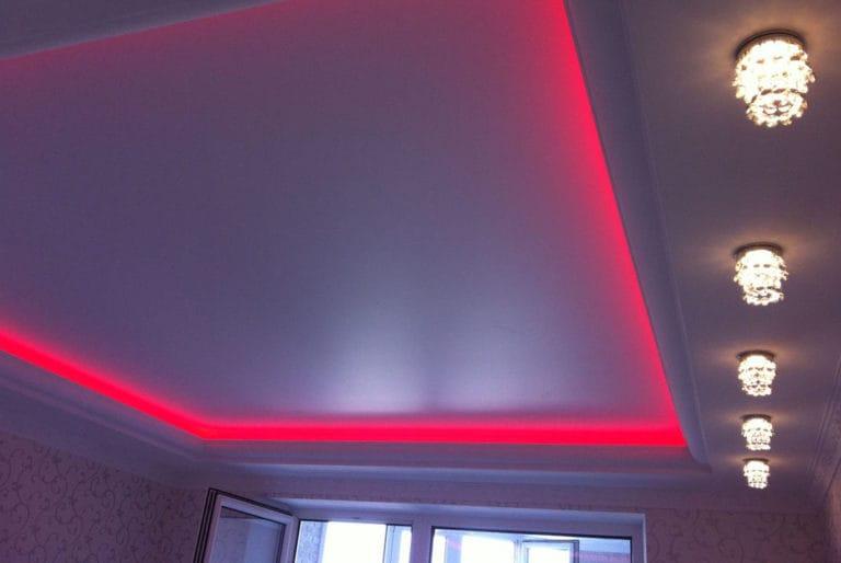 Натяжные потолки сатиновые с подсветкой белые