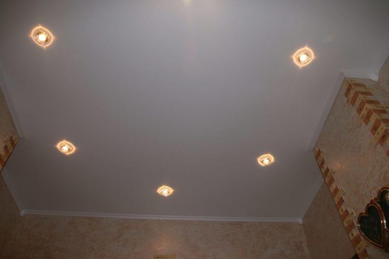 Натяжные потолки белые сатиновые одноуровневые