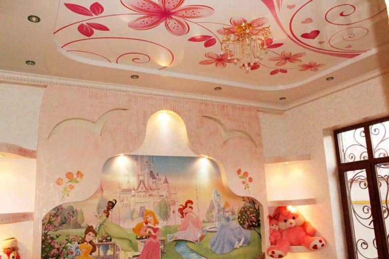 Натяжные потолки расписные узор с цветами глянцевые в детскую