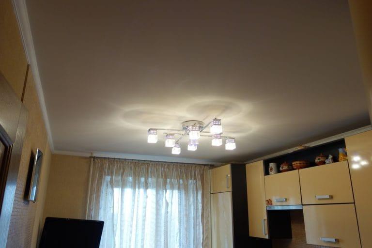 Натяжные потолки белые тканевые одноуровневые для зала