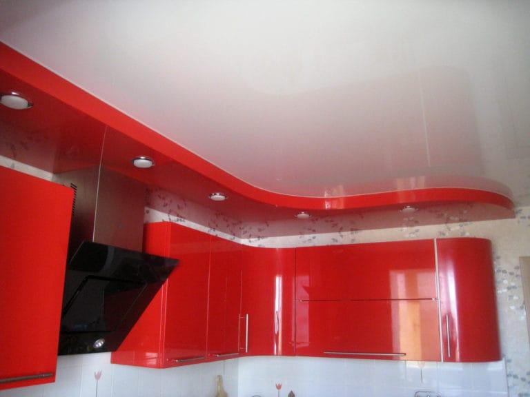 Натяжные потолки двухуровневые глянцевые красно-белые для кухни