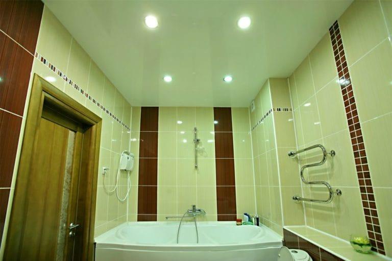 Натяжные потолки глянцевые зеленые одноуровневые для ванной