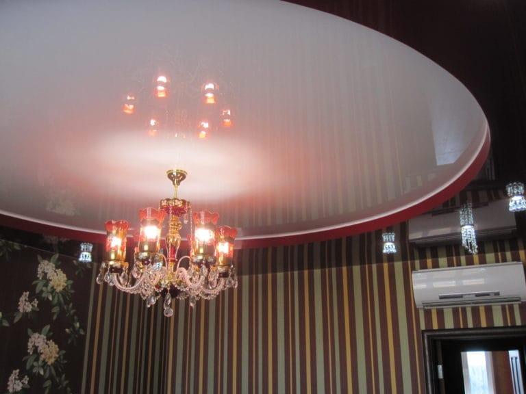 Натяжные потолки черно-белые глянцевые с подсветкой