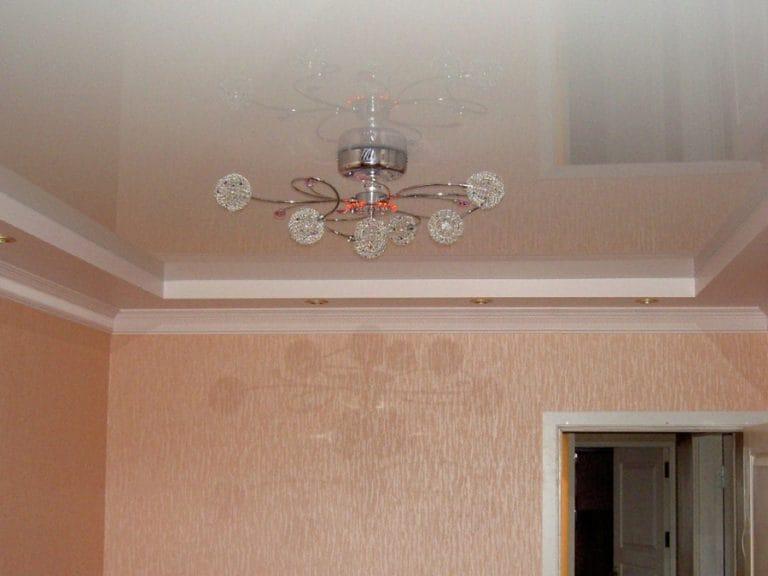 Натяжные потолки белые глянцевые двухуровневые