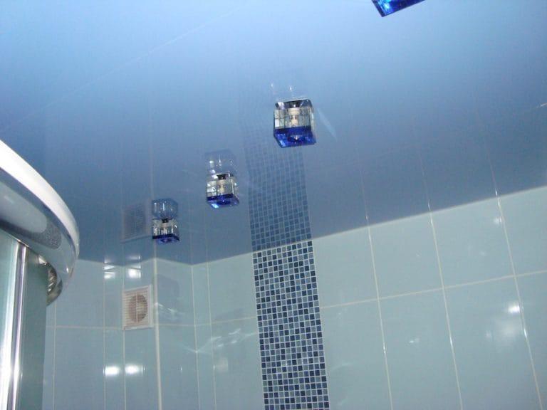 Натяжные потолки голубые глянцевые для ванной
