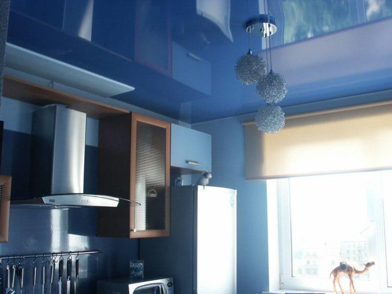 Натяжные потолки голубые глянцевые одноуровневые для кухни