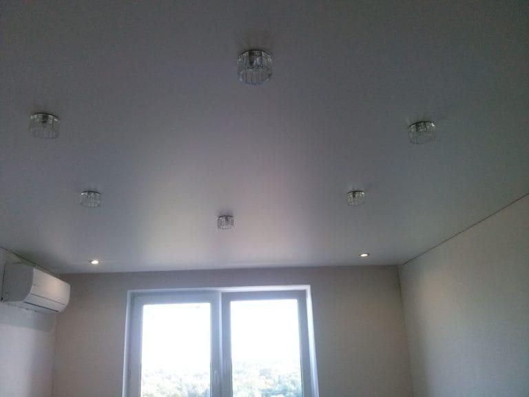 Натяжные потолки сатиновые белые одноуровневые
