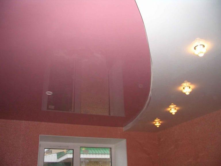 Натяжные потолки глянцевые комбинированные розово-белые