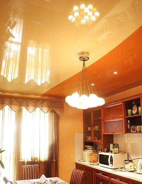 Натяжные потолки глянцевые комбинированные бежевые для кухни