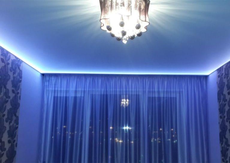Натяжные потолки синие матовые одноуровневые с подсветкой