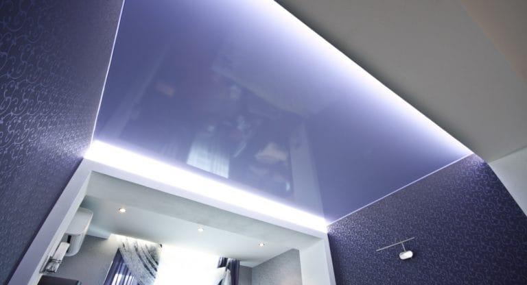 Натяжные потолки фиолетовые парящие для ванной