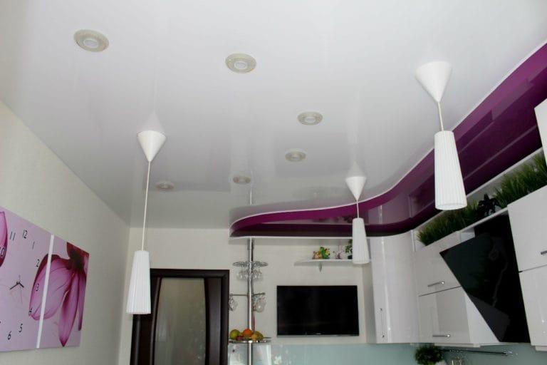 Натяжные потолки двухуровневые глянцевые белого цвета для кухни